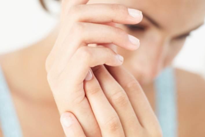 Как уменьшить или скрыть возрастные пятна и веснушки на руках