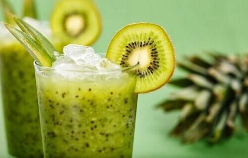 Натуральный смузи из зеленого салата и киви для похудения