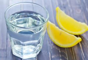 Преимущества потребления лимонной воды